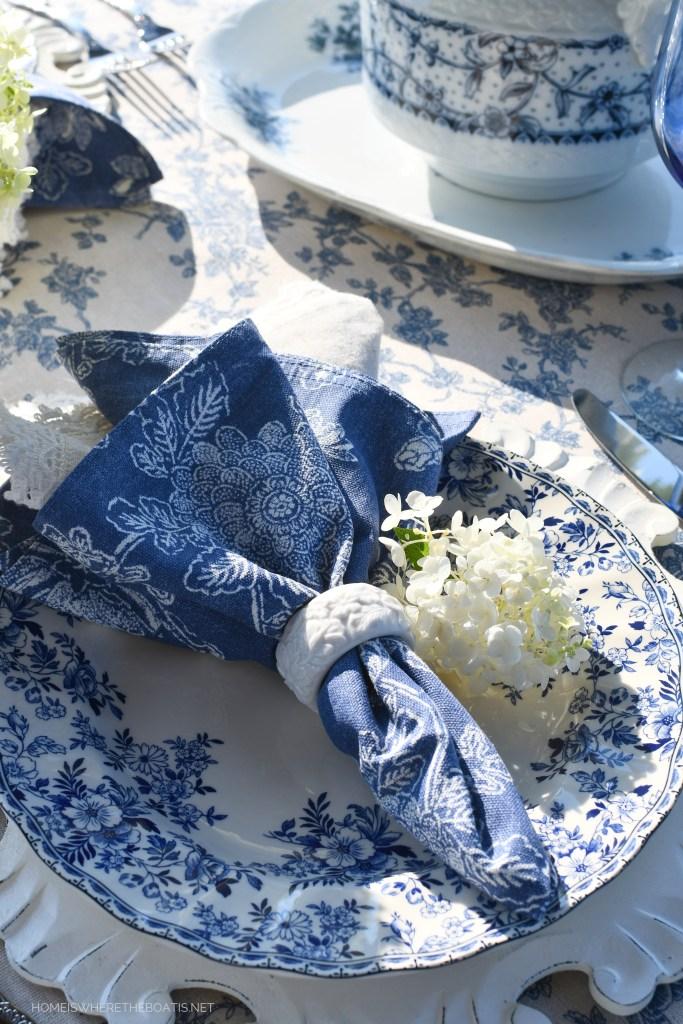 August Blues Lakeside Table and Johnson Brothers Devon Cottage | ©homeiswheretheboatis.net #summer #lake #alfresco #tablescape #transferware #blueandwhite #hydrangeas