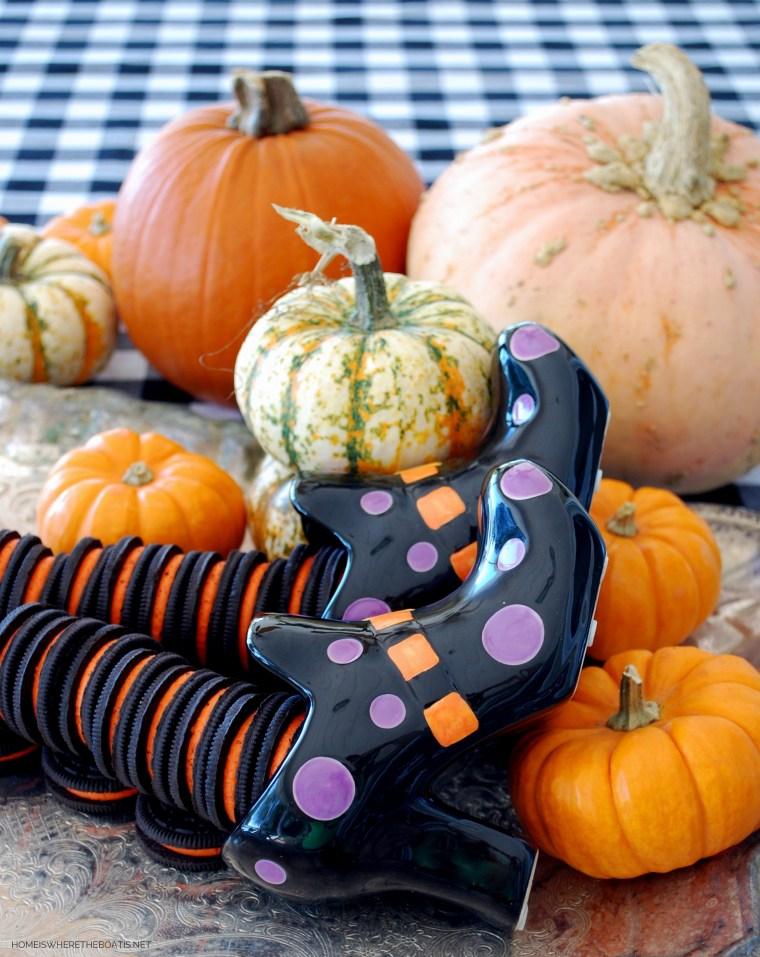 Halloween Oreos witch leg stockings   ©homeiswheretheboatis.net #Halloween #oreo #recipes #brownies