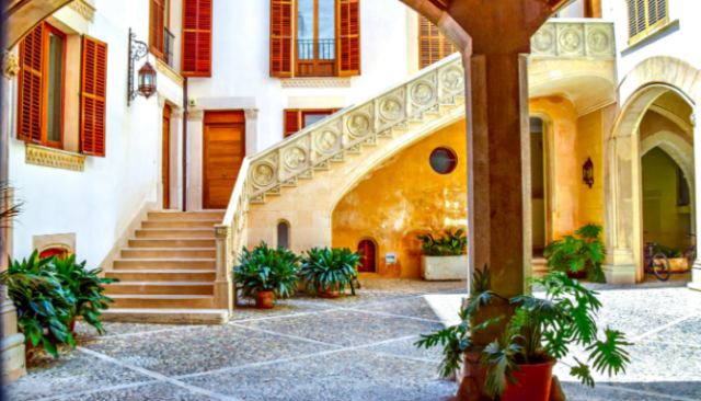 An image of the interior of a Mediterranean house.