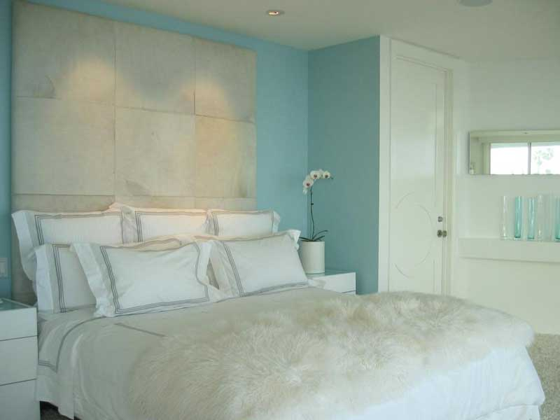 Bedroom With Blue and White Color Scheme
