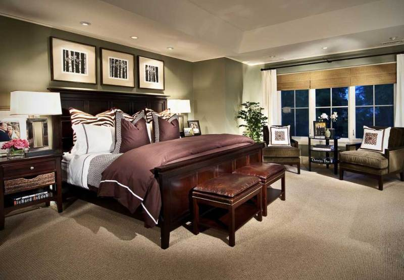 traditional master bedroom with table lamps