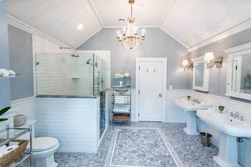bathroom with traditional candle chandeliers