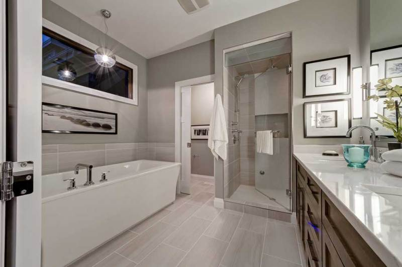 Transitional small bathroom with glass pendant lighting