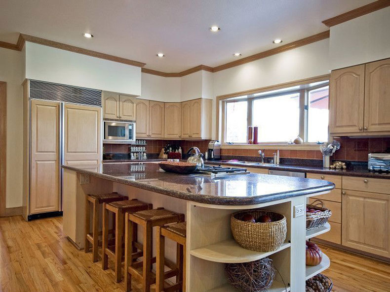Merveilleux Traditional Kitchen With Tan Brown Granite Countertops And Creams Cabinets