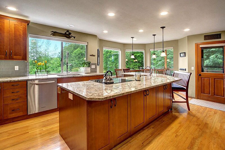Bianco Antico Granite Countertops (Pictures, Cost, Pros ... on What Color Granite Goes With Maple Cabinets  id=99188