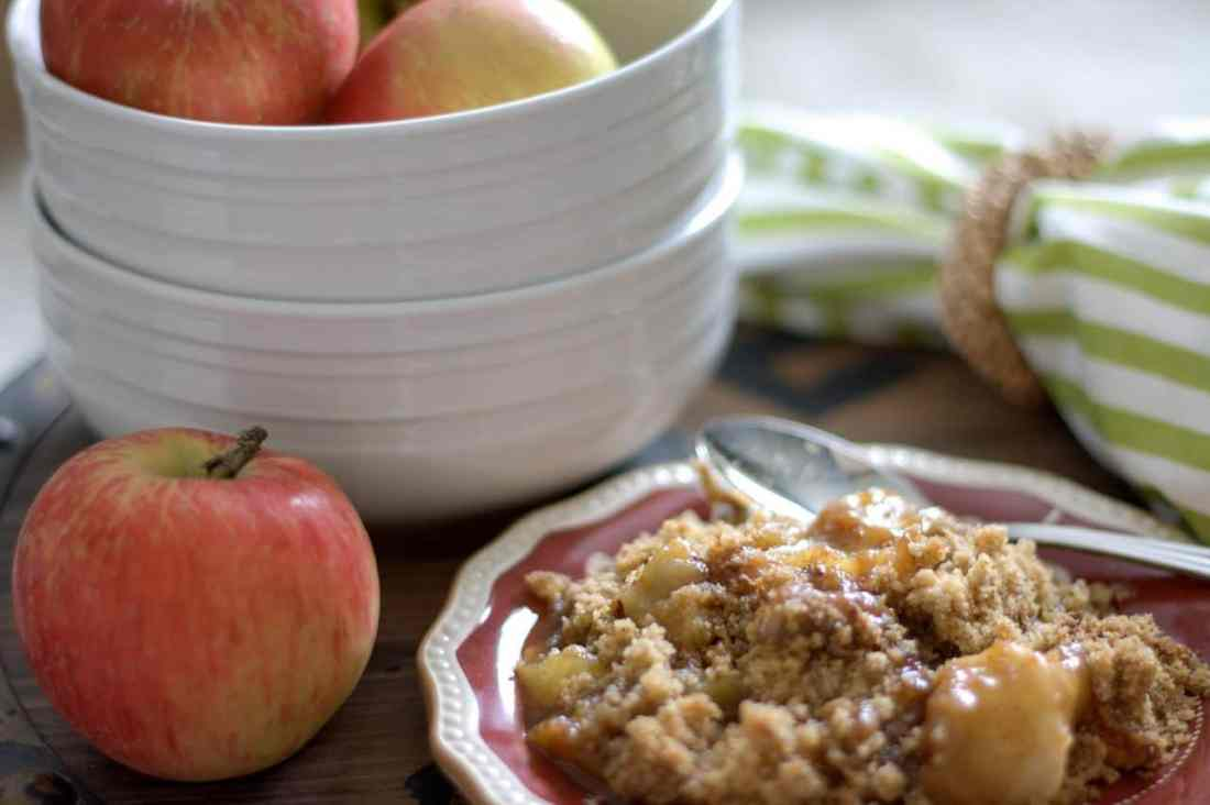 apple crisp on a plate, apples in bowl