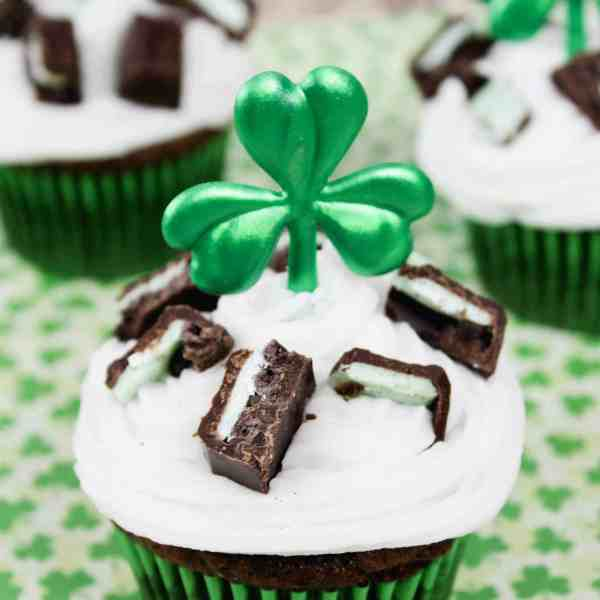 st. patrick's day decorate cupcakes