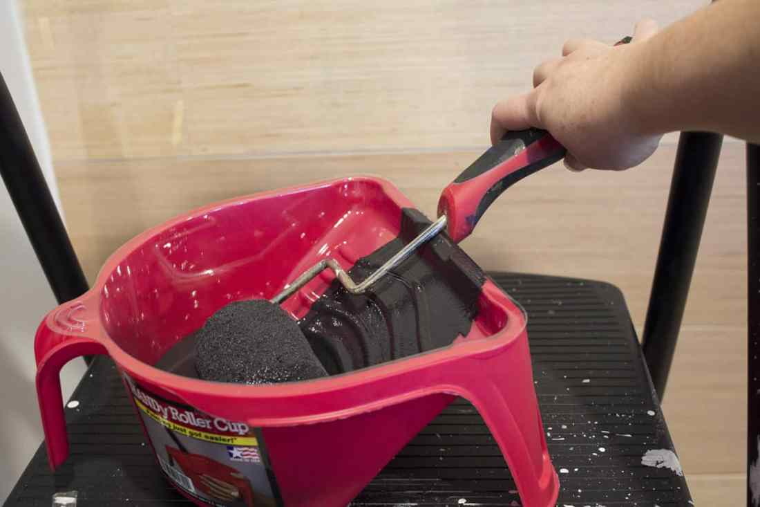 black paint with roller in HANDy Roller Cup