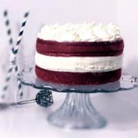 Red velvet cake med cheesecake med marängsmörkräm!