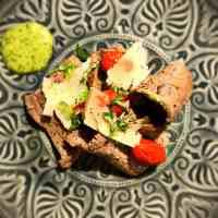 Tagliata - Schnelle Rinderhüfte mit Parmesan & Pinienkernen