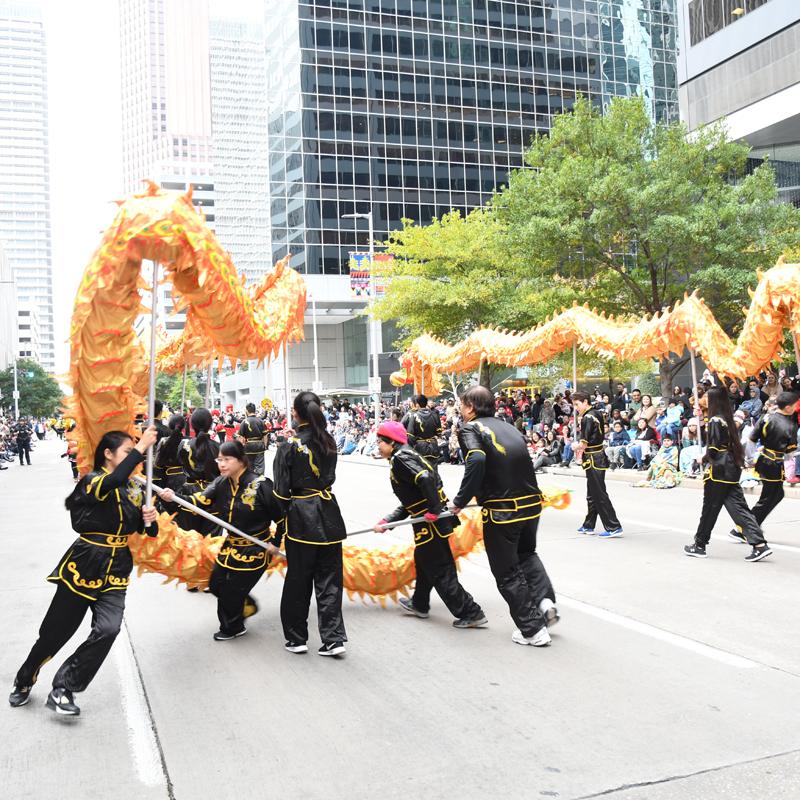 臺灣傳奇文化色彩濃..HEB感恩節遊行夾道民眾熱情歡呼..主辦大會特製巨型龍氣球吸引人氣...