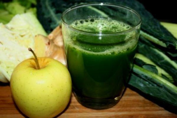 Verdades e mentiras sobre sucos, chás e álcool - Suco de couve com maçã ajuda a combater a acne