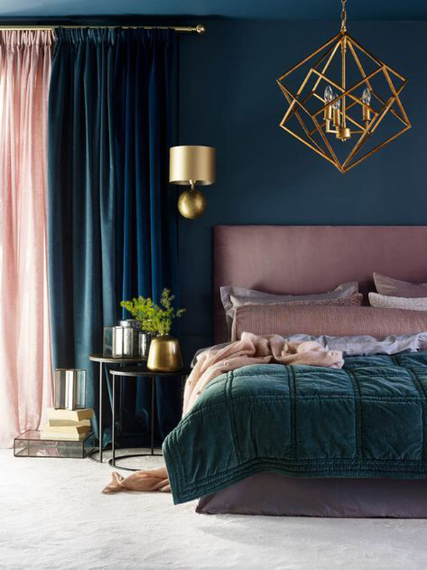 To warm up a bright bedroom without painting all the surfaces. dark-blue-and-pink-bedroom-curtain-combinations | HomeMydesign