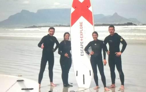 Surfen vor dem Tafelberg