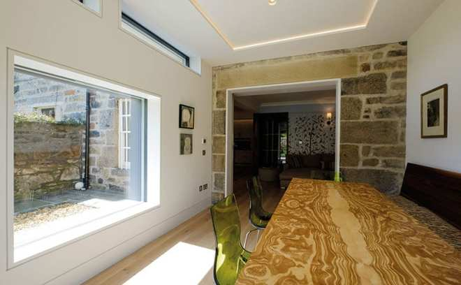 LED strip lighting and pairs of sunken spots create soft, subtle lighting in the extension