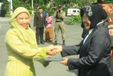 Kakak Jazilatul Hikmah (kak ila) menerima penghargaan dari Walikota Surabaya (Bu Risma) sebagai Tutor Paket A terbaik tingkat Kota Surabaya