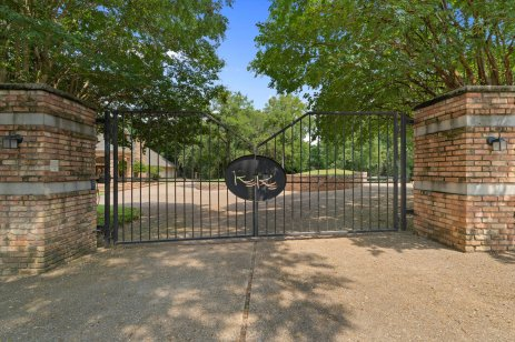 MAGNOLIA REALTY HOME FOR SALE ON BRAZOS RIVER