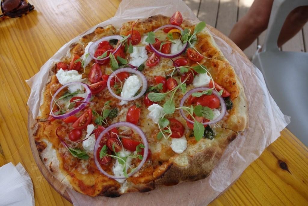 Een pizza lunchen bij Cooked