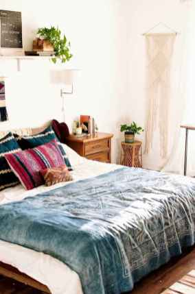 Beautiful and elegance chic bohemian bedroom decor ideas (28)