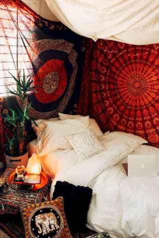 Beautiful and elegance chic bohemian bedroom decor ideas (57)