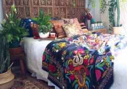 Warm and cozy bohemian master bedroom decor ideas (33)