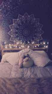 Warm and cozy bohemian master bedroom decor ideas (37)