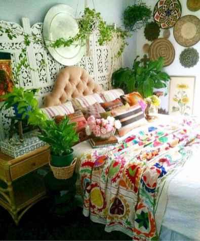 Warm and cozy bohemian master bedroom decor ideas (59)