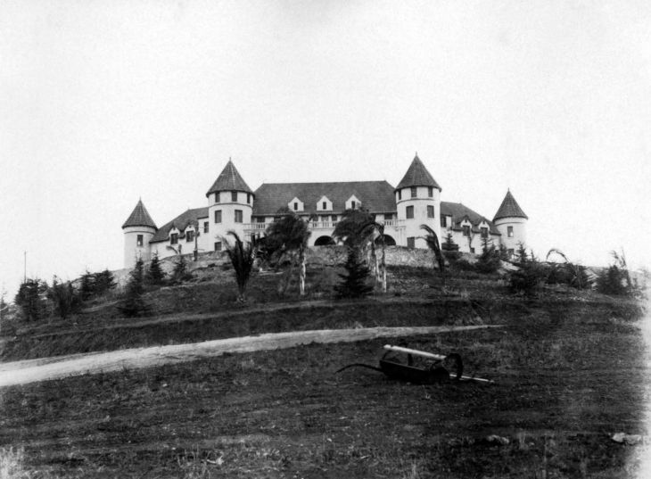 Unidentified Mansion At The Top Of A Hill 96.7.85.1