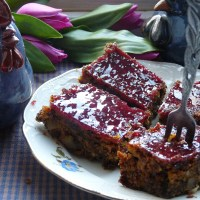 Frisch leichter Nusskuchen mit Johannisbeer-Glasur