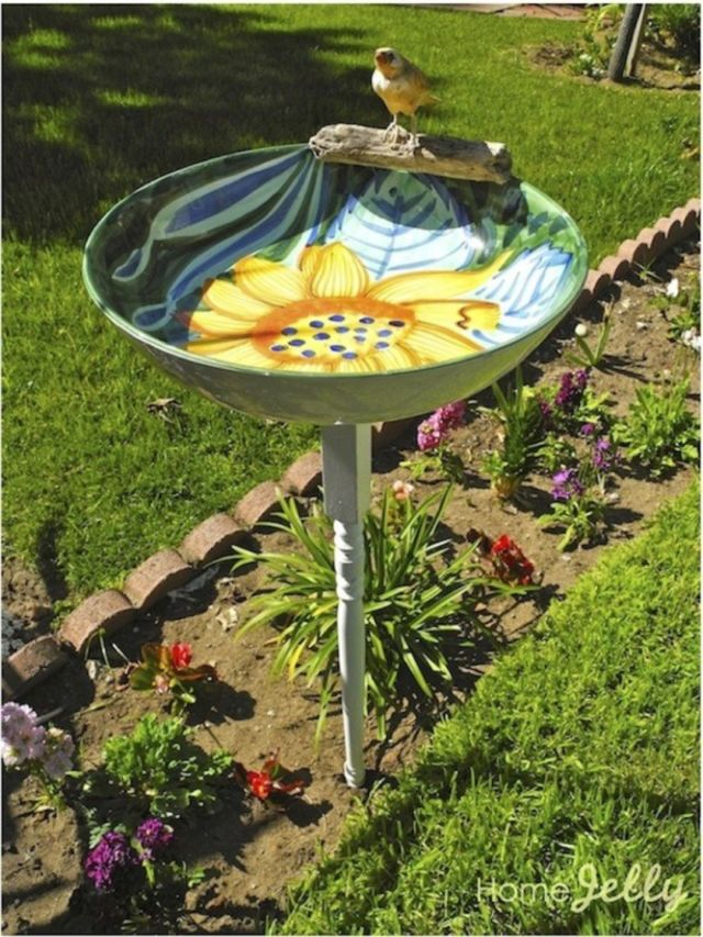 4 Decorate the garden in front of the house with a bird bath