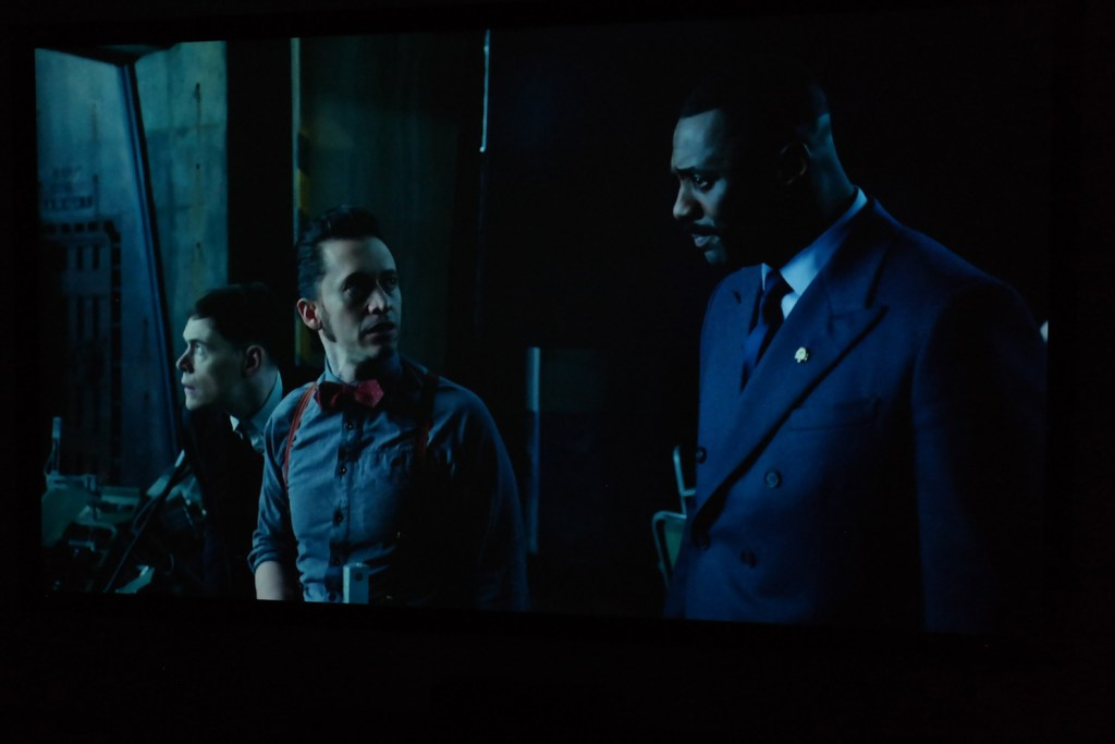 sony_es40_projector_image_example_dark_movie_scene_people