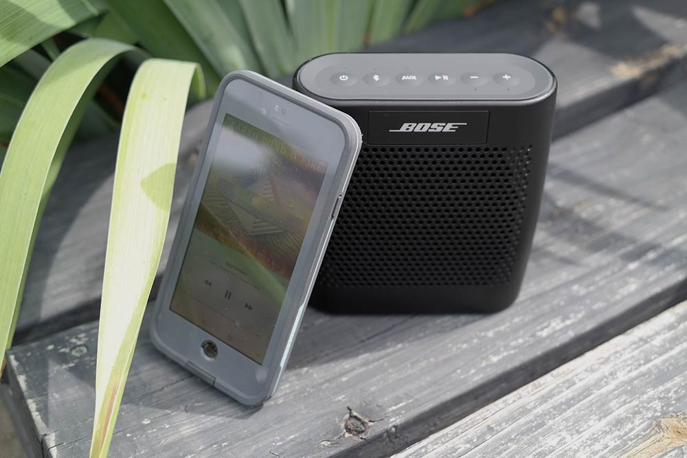 bose_soundlink_color_with_iphone_6