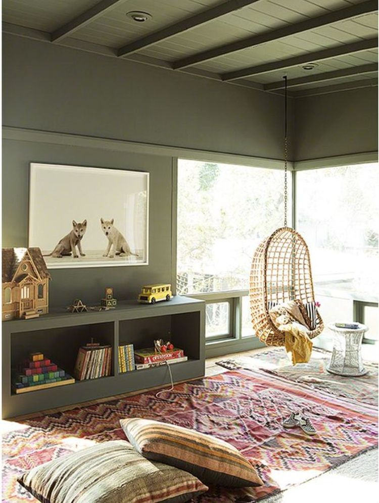 Cozy living room with rugs and low seating style by: http://littlegreennotebook.com (source pinterest.com)