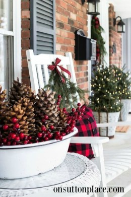 Amazing Outdoor Christmas Ideas For Porch Décor30
