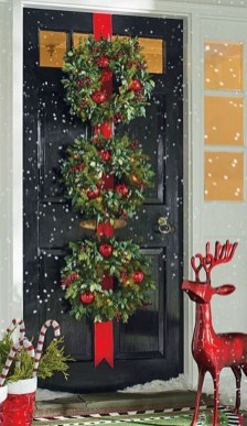 Brilliant Christmas Front Door Decor Ideas16
