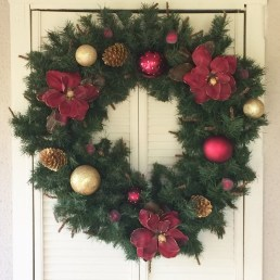 Brilliant Christmas Front Door Decor Ideas18