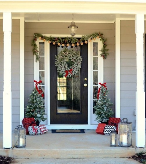 Brilliant Christmas Front Door Decor Ideas35