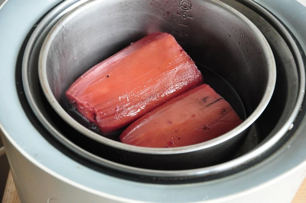 適當的翻面幫助蓮藕收汁,因為麥芽糖和紫米吸收進蓮藕中而呈現粉紫色。