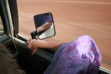 Soeur Anne-Marie, médecin, sur la route entre Mopti et Gossi, au Mali
