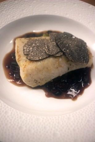 Filet de saint-pierre sauce à la truffe fondu de poireaux et lamelles de truffes