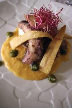 Salade de poulpe sur un coulis de maïs relevé́ au piment basqu