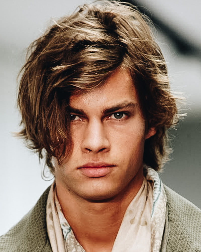 les meilleures coiffures mi longues hommes franges naturelles ébouriffées