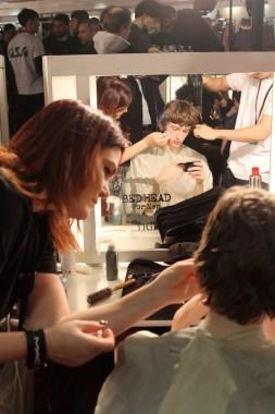 Tout l'art de se faire maquiller et coiffer en même temps, tout en utilisant son téléphone
