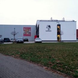 Pegasus-Zentrale von vorne: Lager und Büro mit großem Pegasus-Logo