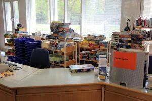 Spieleausleihe von Aschaffenburg spielt: Theke und viele Brettspielschachteln