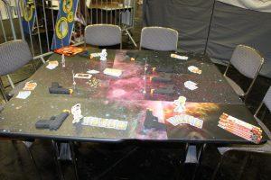 Cash'n Guns auf dem Spieltisch aufgebaut