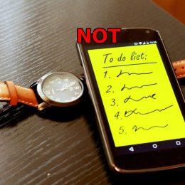 To Do Liste auf einem Smartphone mit Uhr sowie einem hinzugefügten Not in rot