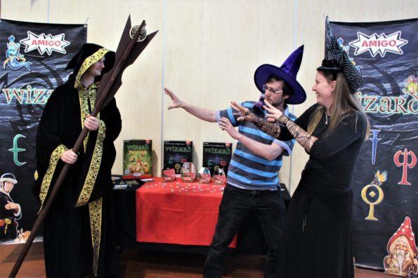 Gruppe von Zauberern vor dem Gewinnerstand des Wizardsturniers