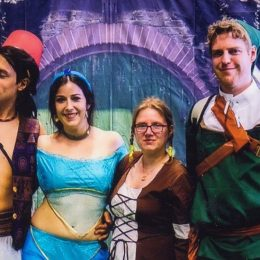 Aladdin, Jasmin, Zelda und Link vor dem Stand der Tolkiengesellschaft