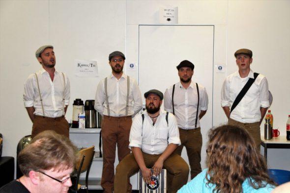 Fünf Männer am Singen